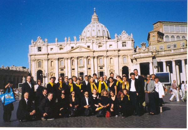 die Sängerinnen und Sänger der camerata vocale nach der päpstlichen Audienz auf dem Petersplatz in Rom im Jahr 2007