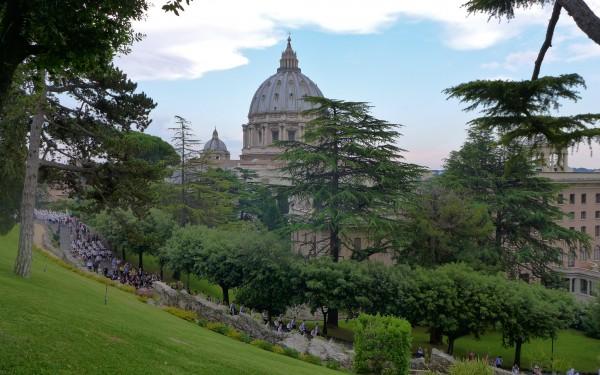 In den Vatikanischen Gärten mit Blick auf den Petersdom